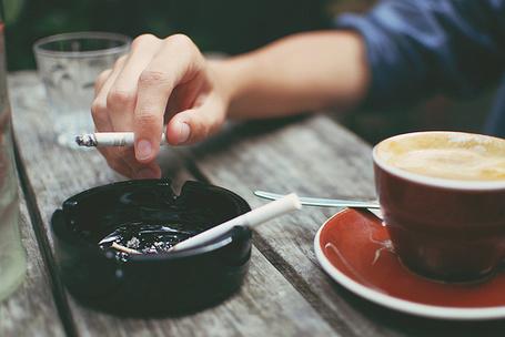 Фото Девушка курит и пьет кофе (© Радистка Кэт), добавлено: 14.08.2011 16:10