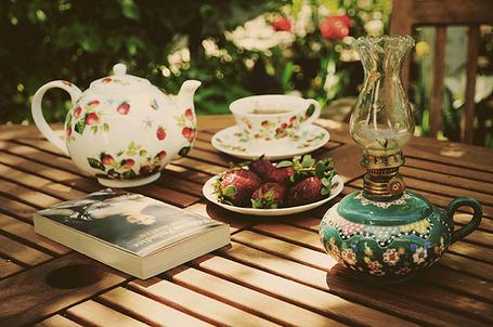 Фото Заварник, чашка чая, клубника, книга и лампадка на столе (© Радистка Кэт), добавлено: 17.08.2011 19:07