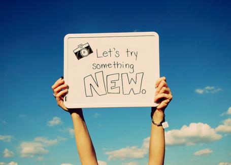 Фото Табличка с надписью 'Let's try something NEW.' / 'Попробуй что-то новое.' в руках (© Радистка Кэт), добавлено: 19.08.2011 01:20