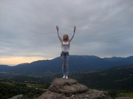 Фото Феломена на фоне неба и гор
