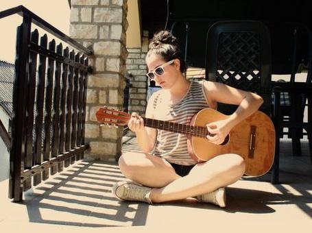 Фото Девушка играет на гитаре