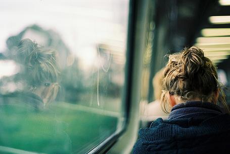 Фото Девушка едет в поезде