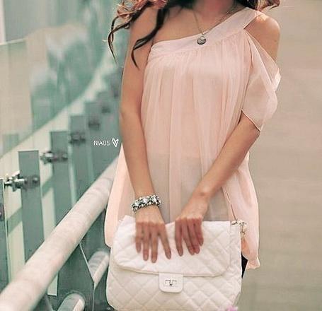 Фото Стильная девушка в розовой шифоновой кофте с белым клатчем в руках (© Шепот_дождя), добавлено: 23.08.2011 00:23