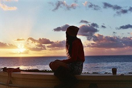 Фото Девушка смотрит на солнце, скрывающиеся в облаках (© Юки-тян), добавлено: 23.08.2011 15:23