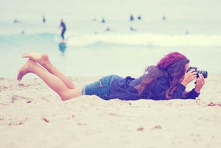 Фото Девушка фотографирует лежа на песке (© Радистка Кэт), добавлено: 25.08.2011 14:57