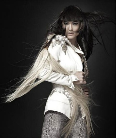 Фото Джулия Джонс в белом костюме, фотосессия Mike Ruis 2010 (© Kazuko Kato), добавлено: 26.08.2011 17:19
