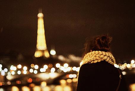 Фото Девушка любуется видом Эйфелевой башни в ночном Париже (© Радистка Кэт), добавлено: 26.08.2011 21:25