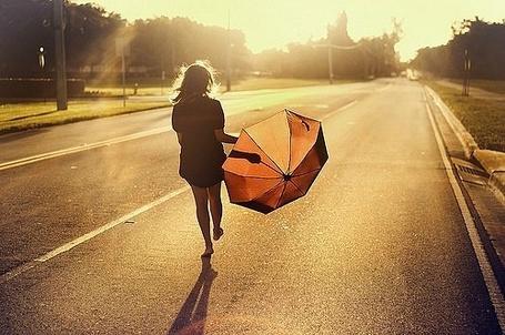 Фото Девушка с зонтиком в руке идет по дороге, освещенной ярким солнцем (© Шепот_дождя), добавлено: 26.08.2011 21:40
