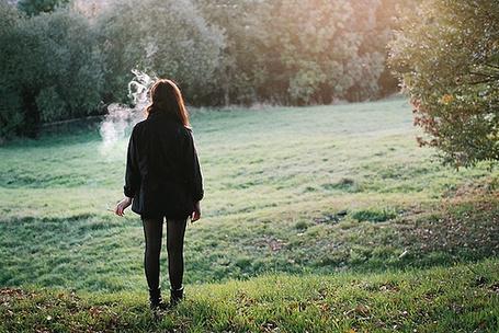 Фото Девушка курит на природе (© Радистка Кэт), добавлено: 28.08.2011 00:50