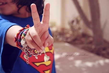 Фото Девушка в футболке Супермена и множеством браслетов на руке (© Шепот_дождя), добавлено: 29.08.2011 14:26
