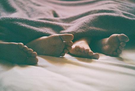 Фото Парень и девушка спят под одеялом