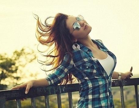 Фото Девушка в клетчатой рубашке накланила голову (© Bruno Mars), добавлено: 30.08.2011 17:28