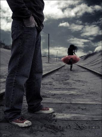 Фото Парень смотрит на бегущую прочь девушку