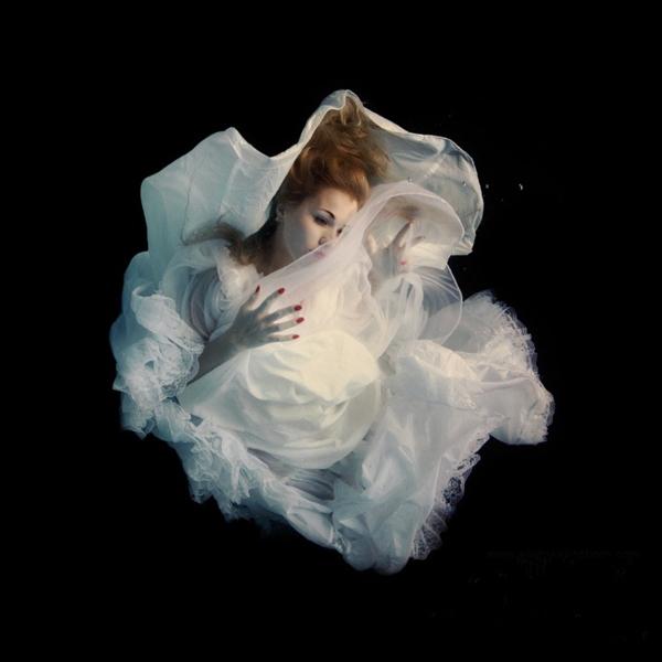 Фото Девушка под водой в белом платье