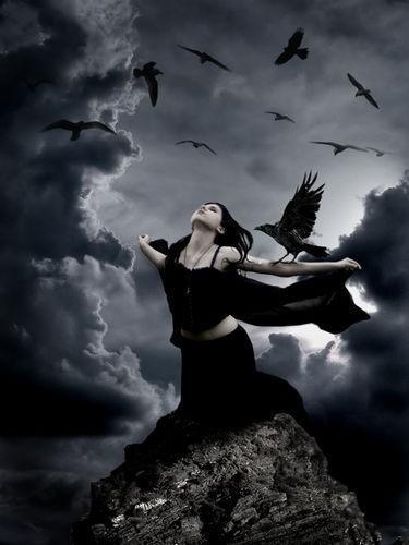 Фото Девушка на верху скалы раскрыла руки подобно воронам вокруг