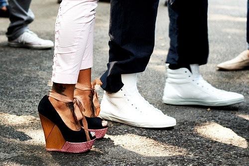 Фото Девушка с парнем стоят в офигенной обуви