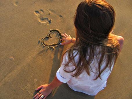 Фото Девушка рисет пальцем на мокром песке сердечко (© Шепот_дождя), добавлено: 01.09.2011 00:13
