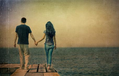 Фото Парень и девушка идут к морю, держась за руки