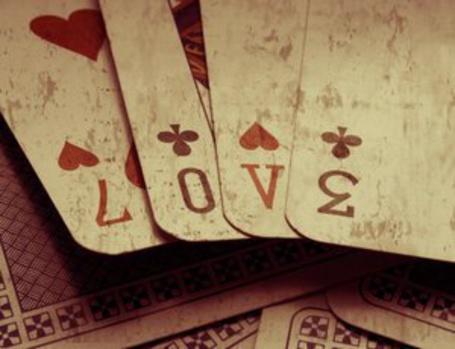 Фото Слово Love составлено из перевёрнутых карт (© Юки-тян), добавлено: 03.09.2011 10:47