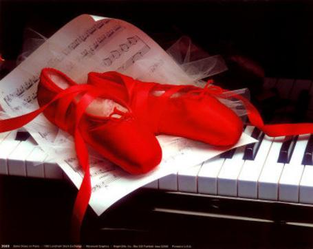 Фото Красные пуанты и ноты лежат на пианино (© Lola_Weazlik), добавлено: 03.09.2011 11:19