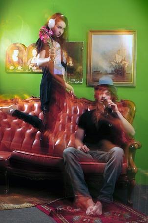 Фото Парень в шляпе и с бутылкой и девушка с цветами на диване в комнате (© Lola_Weazlik), добавлено: 03.09.2011 14:18