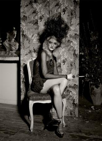 Фото Девушка сидит на стуле (© Штушка), добавлено: 03.09.2011 15:12