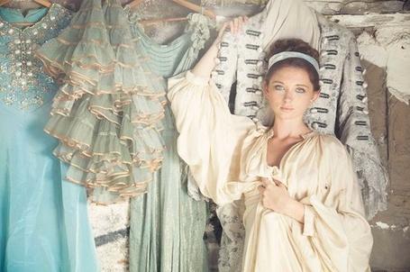 Фото Девушка стоит рядом с театральными костюмами (© Lola_Weazlik), добавлено: 03.09.2011 20:49