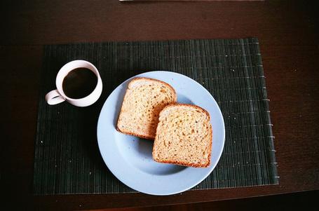 Фото Кофе и два тоста на тарелке (© Радистка Кэт), добавлено: 04.09.2011 11:50