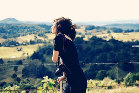 Фото Девушка с фотоаппаратом стоит у колючей проволоки (© Радистка Кэт), добавлено: 04.09.2011 12:20