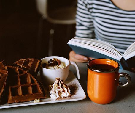 Фото Девушка читает книгу за чашкой кофе и сладостями (© Радистка Кэт), добавлено: 06.09.2011 21:59