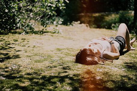 Фото Девушка лежит на траве (© Радистка Кэт), добавлено: 06.09.2011 22:07