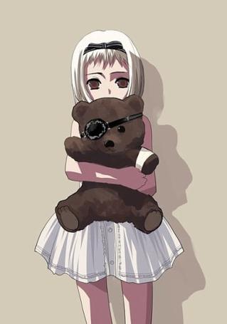 Фото Девочка держит в руках медведя с повязкой на глазу (© Юки-тян), добавлено: 10.09.2011 00:17
