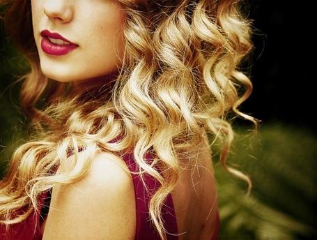 Фото Блондинка с ярким макияжем и кучерявыми волосами (© Шепот_дождя), добавлено: 11.09.2011 19:23