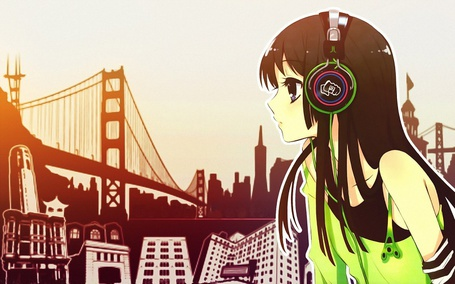 Фото Мио Акияма из аниме 'K-on' в наушниках на фоне города