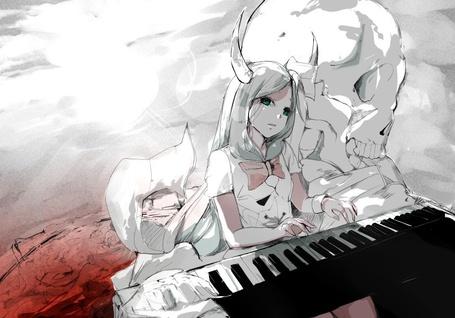 Фото Плачущая девушка с рогами сидя рядом с огромным черепом играет на синтезаторе