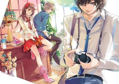 Фото Парень с фотоаппаратом и девушка с парнем, сидящие в стороне
