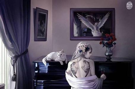 Фото Девушка с тату в виде крыльев на спине сидит у пианино с бокалом вина рядом с белой кошкой (© Флориссия), добавлено: 14.09.2011 18:30