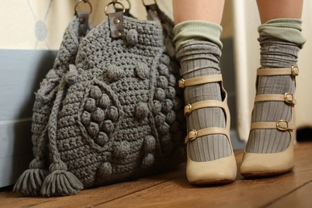 Фото Серая вязанная сумка и ножки девушки в гольфах и туфельках (© Шепот_дождя), добавлено: 15.09.2011 02:20