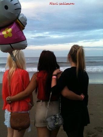 Фото Три девушки у моря с шариком (© Nezi Salimon), добавлено: 15.09.2011 21:04
