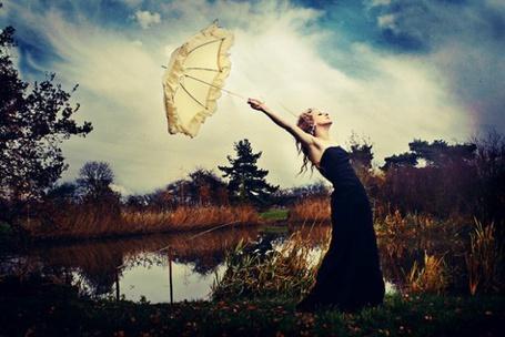 Фото Девушка  в чёрном платье с белым зонтом в руке (© TARAKLIA), добавлено: 16.09.2011 12:42