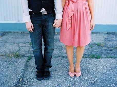 Фото Парень и девушка в розовом держатся за руки