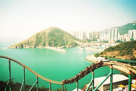 Фото Американские горки на фоне горы и городской панорамы (© Радистка Кэт), добавлено: 17.09.2011 02:33