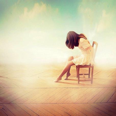 Фото Девушка сидит на стуле склонив голову вокруг нее дым (© Lola_Weazlik), добавлено: 17.09.2011 19:49