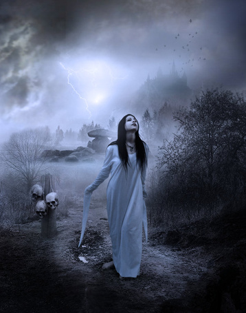 Фото Девушка в ночной сорочке стоит возле столба с черепами