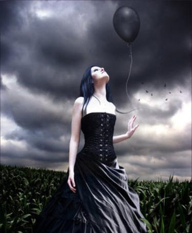 Фото Девушка с чёрным шаром в руке