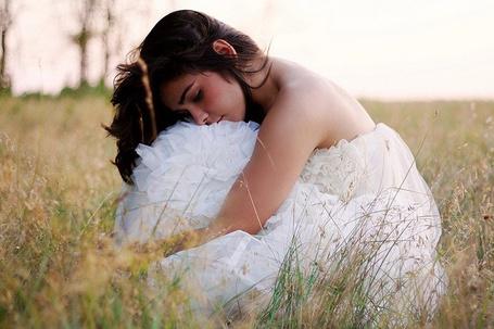 Фото Девушка в белом платье в поле (© Шепот_дождя), добавлено: 21.09.2011 23:21