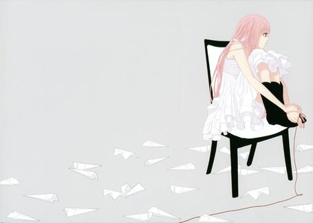 Фото Вокалоид Мегурине Лука сидит с ногами на стуле, к её мизинцу привязана длинная красная нить, а вокруг разбросаны самолётики (© D.Phantom), добавлено: 23.09.2011 04:40