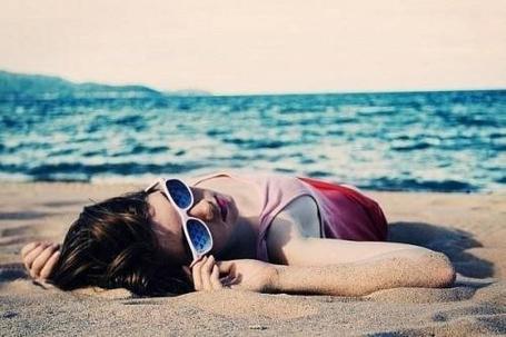 Фото Девушка в очках отдыхает на песке (© TARAKLIA), добавлено: 24.09.2011 12:42