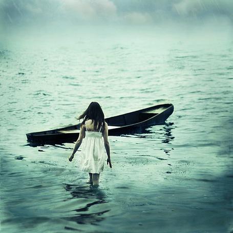 Фото Девушка идёт  к  уплывающей лодке (© TARAKLIA), добавлено: 26.09.2011 18:57