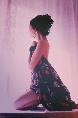 Фото Девушка, прикрывшаяся цветастой тканью сидит и смотрит в окно (© TARAKLIA), добавлено: 26.09.2011 19:15
